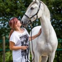 Nikki van Olst met paard
